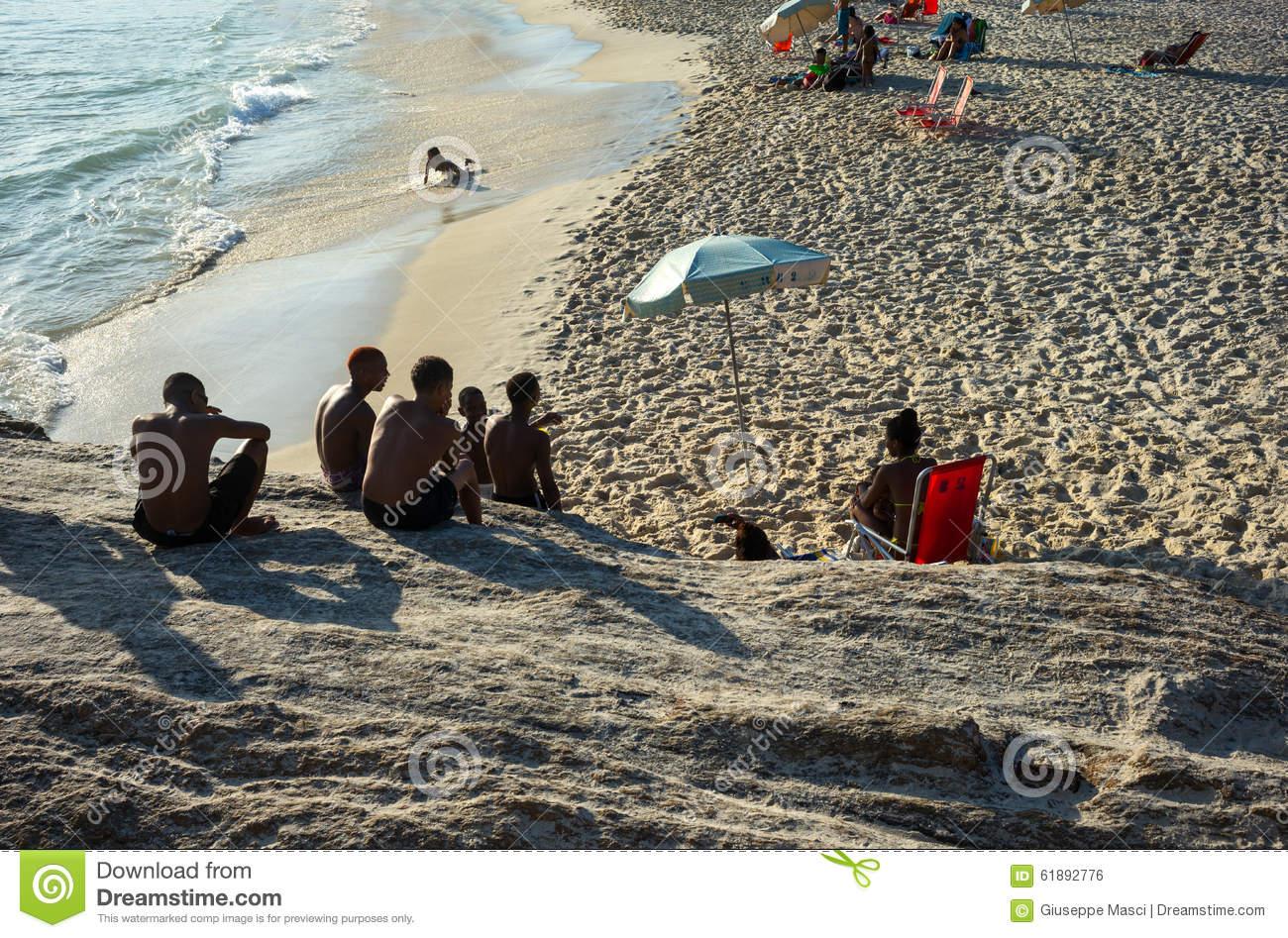 brazil-rio-de-janeiro-people-pedra-do-arpoador-promontory-sunset-61892776